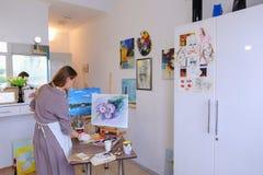 L'artiste Girl Holds Brush à disposition et dessine sur la toile, prend le pH Photo libre de droits