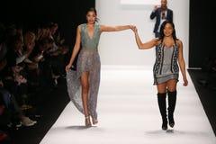 L'artiste Lia Mira (r) et le modèle marche la piste dans une conception de Li Jon Sculptured Couture à l'exposition d'Art Hearts  Image libre de droits