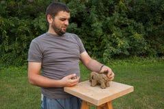 L'artiste a modelé un morceau d'argile Photo stock