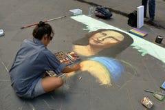 L'artiste peint le visage de Mona Lisa à Florence, Italie image stock