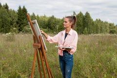 L'artiste peint un tableau dans le domaine images libres de droits