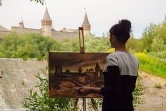 L'artiste peint une forteresse au travail photos stock