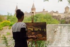 L'artiste peint une forteresse au travail photos libres de droits