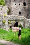 L'artiste peint une forteresse au travail illustration libre de droits