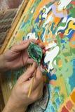 L'artiste peint une icône bouddhiste Images libres de droits