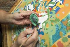 L'artiste peint une icône bouddhiste Photo libre de droits