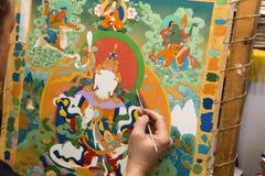 L'artiste peint une icône bouddhiste Image libre de droits