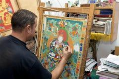 L'artiste peint une icône bouddhiste Photos libres de droits