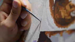 L'artiste peint une peinture à l'huile dans le studio d'art, peintre à la fin de travail, créateur fait le ?uvre d'art, les bross banque de vidéos