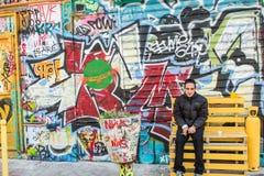 L'artiste pose devant son mur de graffiti, Belleville, Paris, F Photo libre de droits