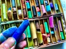 L'artiste tient le bâton en pastel Images stock
