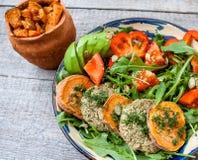 L'Arugula, côtelettes frites par lentille de vegan, a fait la patate douce cuire au four Photos stock