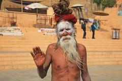 L'ascétique barbu salue des pèlerins le long de banque du Gange Varanasi, Inde images libres de droits
