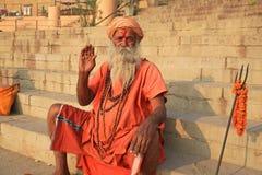 L'ascétique coloré donne une vague, Varanasi, Inde image libre de droits