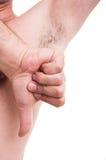 L'ascella pelosa dell'uomo puzzolente con il pollice giù gesture immagine stock