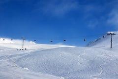 L'ascenseur de gondole et le ski hors-piste inclinent en brouillard Photos libres de droits