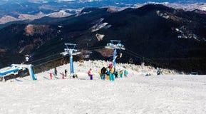 L'ascenseur de montagne pour des skieurs et des surfeurs images libres de droits
