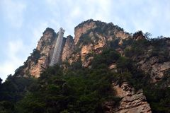 L'ascenseur sur une roche de montagne Ou probablement a image libre de droits