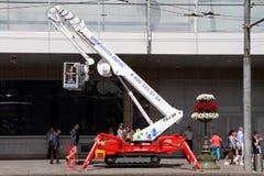 L'ascenseur télescopique moderne se tient sur une rue de ville images libres de droits