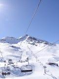 L'ascensore di sci porta gli sciatori Immagine Stock