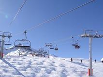 L'ascensore di sci porta gli sciatori Fotografia Stock Libera da Diritti