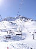 L'ascensore di sci porta gli sciatori Immagini Stock