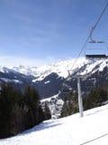 L'ascensore di sci porta gli sciatori di festa sulla montagna Immagini Stock Libere da Diritti