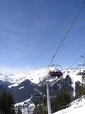 L'ascensore di sci porta gli sciatori di festa sulla montagna Fotografie Stock Libere da Diritti