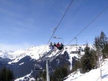 L'ascensore di sci porta gli sciatori di festa sulla montagna Fotografia Stock