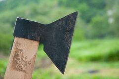 L'ascia è metallo Nero e tagliente Con la presa fotografia stock