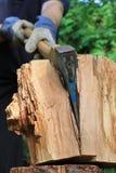 L'ascia taglia la legna da ardere a pezzi Fotografia Stock Libera da Diritti