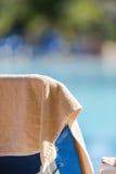 L'asciugamano di spiaggia nel colore crema ha appeso sullo sdraio vuoto dalla s Immagini Stock Libere da Diritti