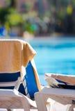 L'asciugamano di spiaggia nel colore crema ha appeso sullo sdraio vuoto dalla s Immagine Stock