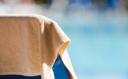 L'asciugamano di spiaggia nel colore crema ha appeso sullo sdraio vuoto dalla s Fotografie Stock Libere da Diritti