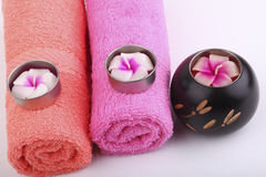 L'asciugamano rotola con le candele e la conoscenza dei boschi del fiore Immagini Stock Libere da Diritti