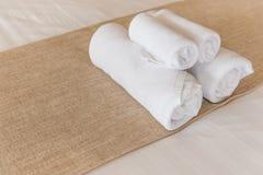L'asciugamano rotola su un letto dell'hotel Fotografia Stock Libera da Diritti
