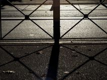 L'asfalto dell'ombra ha segnato sui triangoli alla luce solare fotografie stock libere da diritti