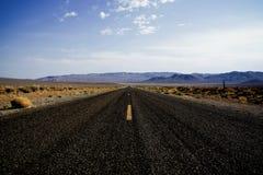 L'asfalto nero allunga nell'orizzonte Fotografia Stock Libera da Diritti