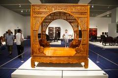 L'Asia Cina, Pechino, museo nazionale, mobilia di legno di ŒAntique di mostra del ¼ dell'interno del hallï fotografia stock