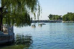 L'Asia parco di Cina, Pechino, Beihai, barca di ŒSightseeing del ¼ di ŒLakeviewï del ¼ del landscapeï di estate fotografie stock libere da diritti