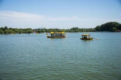 L'Asia parco di Cina, Pechino, Beihai, barca di ŒSightseeing del ¼ di ŒLakeviewï del ¼ del landscapeï di estate fotografia stock libera da diritti