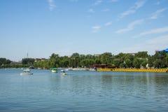 L'Asia parco di Cina, Pechino, Beihai, barca di ŒSightseeing del ¼ di ŒLakeviewï del ¼ del landscapeï di estate immagine stock