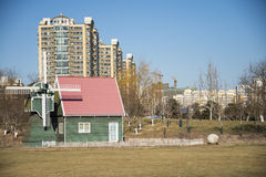 L'asiatico Cina, Pechino, grande giardino di vista fiorisce, l'architettura moderna, mulino a vento, la cabina fotografia stock