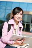 l'asiatico prenota i giovani della holding della ragazza Immagini Stock