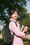 l'asiatico prenota i giovani della holding della ragazza Fotografia Stock