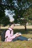 l'asiatico prenota i giovani della holding della ragazza Fotografia Stock Libera da Diritti