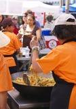 l'Asiatique fait cuire la nourriture de portion aux concessions. Images libres de droits