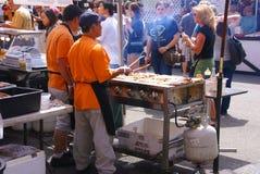l'Asiatique fait cuire la nourriture de portion aux concessions. Image stock