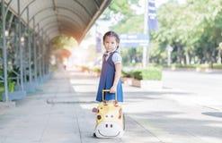 L'Asiatique mignon avec le sac et préparent de nouveau à l'école image libre de droits