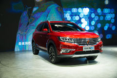 L'Asie Chine, Pékin, exposition internationale de l'automobile 2016, hall d'exposition d'intérieur, voiture d'Internet, Roewe SUV images libres de droits